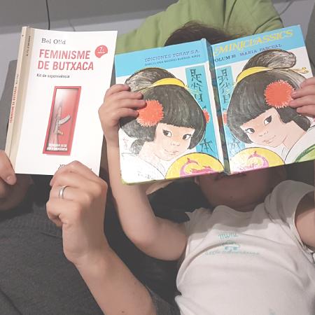 """Mare i filla llegint """"Feminisme de butxaca"""" i un conte"""
