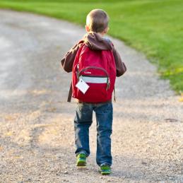 Nen amb motxilla cap a l'escola
