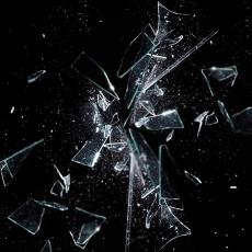 Cristal rompiéndose sobre fondo negro