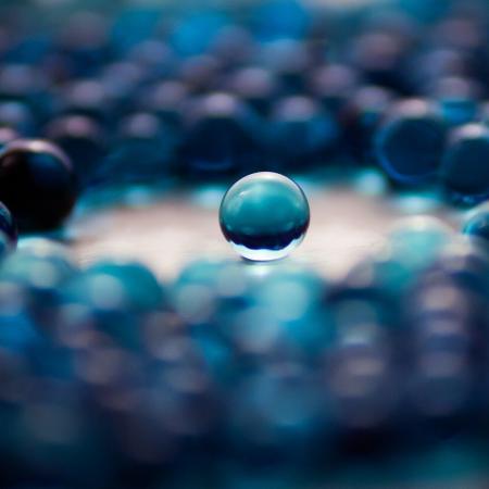 una bola de vidre envoltada de moltes altres boles